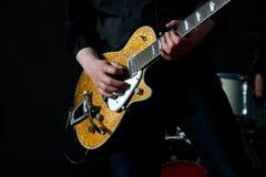 Toque la guitarra fotografía de archivo