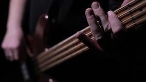 Toque la guitarra baja 3 almacen de metraje de vídeo