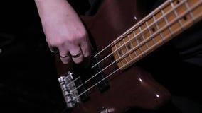 Toque la guitarra baja 4 almacen de metraje de vídeo