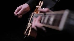 Toque la guitarra eléctrica 2 almacen de metraje de vídeo