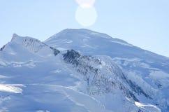 Toque na cimeira surpreendente de Mont Blanc e nas geleiras ao redor com seus dedos fotografia de stock royalty free