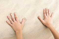 Toques da criança da areia dourada na praia fotografia de stock
