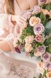 Toques da menina que florescem o ramo com mão Rosas em casa Flor da mola da sensualidade Toque na guloseima da natureza Menina ma foto de stock royalty free