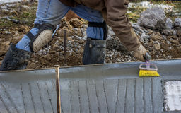 Toques finais do trabalhador do cimento Fotos de Stock Royalty Free