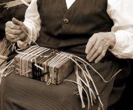 torção idosa do quando da mulher a palha com sepia velho efeito tonificado fotos de stock