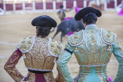 Toréadors espagnols regardant la tauromachie, le toréador sur le Th Photos stock
