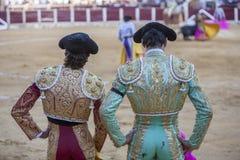Toréadors espagnols regardant la tauromachie, le toréador sur t Photos libres de droits