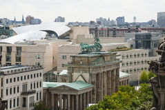 Tor de Brandenburger e embaixada americana Imagens de Stock Royalty Free