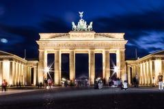 Tor de Brandenburger na noite Imagens de Stock