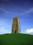 Tor de Glastonbury contra un vivi Foto de archivo