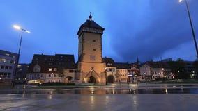 Tor de Tubinger no crepúsculo em Reutlingen, Alemanha filme