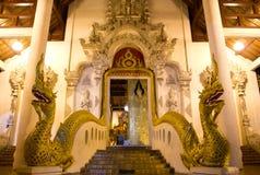 Tor des buddhistischen Tempels mit den zwei Köpfen des Nagas Stockbild