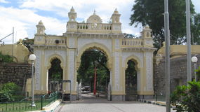 Tor des Mysore-Stadtpalastes Lizenzfreie Stockfotografie