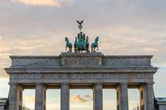Tor di Brandenburger a Berlino con la luce rosa di sera e le nuvole molli, Germania Immagini Stock Libere da Diritti