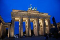 Tor di Brandenburger di notte Fotografie Stock