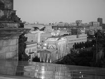 Tor di Brandenburger (porta di Brandeburgo) a Berlino alla notte nel nero immagine stock libera da diritti