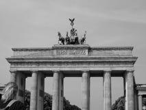 Tor di Brandenburger (porta di Brandeburgo) a Berlino nel nero ed in briciolo fotografia stock libera da diritti