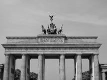 Tor di Brandenburger (porta di Brandeburgo) a Berlino nel nero ed in briciolo immagini stock libere da diritti