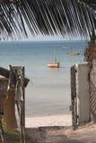 Tor eines Gästehauses in Vilanculos mit Seeansicht Stockbild