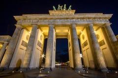tor för berlin brandenburgernatt royaltyfri fotografi