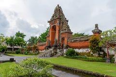 Tor am Hinduismus-Tempel Taman Ayun in Mengwi lizenzfreie stockbilder