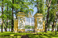 Tor im Palast-Garten des Kamennoostrovsky-Palastes auf Kamenny-Insel in St Petersburg Stockfotos