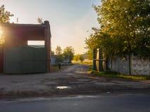 Tor mit einer Sperre am Eingang zur alten Fabrik Lizenzfreies Stockbild