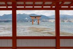 TOR MIYAJIMA TORII DURCH ROTES HÖLZERNES FENSTER, HIROSHIMA, JAPAN Stockfoto