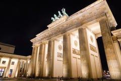 Tor neoclásico de Brandenburger de la puerta de Brandeburgo en la noche Pariser Platz Mitte Berlin Germany imágenes de archivo libres de regalías