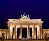 Tor neoclásico de Brandenburger de la puerta de Brandeburgo en la noche Pariser Platz Mitte Berlin Germany fotografía de archivo