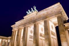 Tor neoclásico de Brandenburger de la puerta de Brandeburgo en la noche Pariser Platz Mitte Berlin Germany fotos de archivo libres de regalías