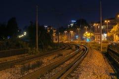 Tor szynowy krzywa przy nocą w mieście Obrazy Stock