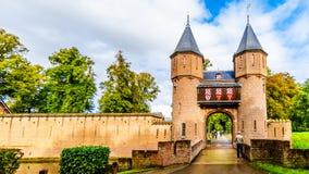 Tor und Brücke über dem Burggraben von Castle De Haar, ein Schlosswiederaufbauen des 14. Jahrhunderts im Ende des 19. Jahrhundert stockbild
