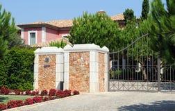 Tor von einem großen rosa Haus Lizenzfreies Stockbild