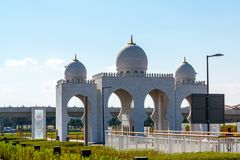 Tor zu Sheikh Zayed Mosque in Abu Dhabi, Arabische Emirate stockbild
