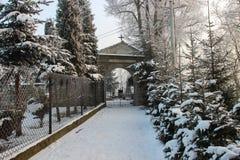 Tor zum historischen Kirchhof im Winter Lizenzfreie Stockfotos