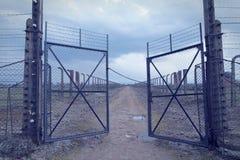 Tor zum Konzentrationslager Auschwitz-birkenau Stacheldrahtzaun um das Vernichtungslager in Oswiecim Er nimmt Leute während t an Lizenzfreie Stockfotografie