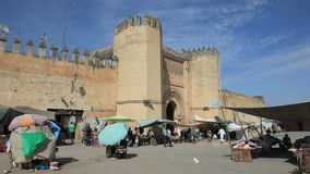 Tor zum Medina in Fes, Marokko stock video footage