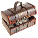 Torace di legno con soldi Fotografie Stock Libere da Diritti