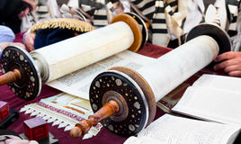 Torah- forntida scrolls i Jerusalem Royaltyfri Foto