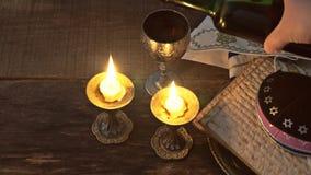 Torah judío del pan del passover del matzoh de la celebración del matzoth del día de fiesta del passover de Eve almacen de video