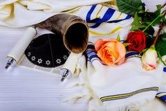 Torah snirklar och ett musikaliskt horn, båda som används i den religiösa servicen för judendom i en synagoga royaltyfri bild