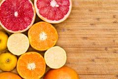 Toranja, laranjas e limões cortados na madeira Fotos de Stock