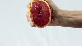 A toranja, mão espreme para fora o close up do suco vídeos de arquivo