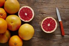 Toranja orgânica fresca cortada com faca alaranjada Fotos de Stock