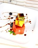 Toranja, quivi e sobremesa alaranjada com molho de chocolate Imagens de Stock