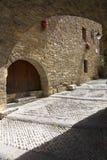 Torbögen auf Piazza-Bürgermeister, in Ainsa, in Huesca, in Spanien in Pyrenäen-Bergen, in einer alten ummauerten Stadt mit Gipfel Stockfotografie