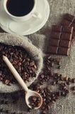 Torba kawowe fasole i ranek filiżanka kawy Zdjęcia Royalty Free