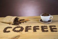 Torba kawowe fasole na drewnianym stole obraz stock