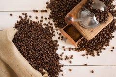 Torba kawowy i kawowy ostrzarz na białej desce Zdjęcie Royalty Free